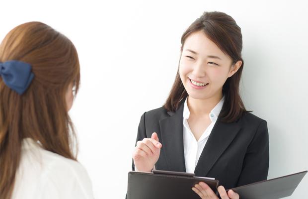 転職コンサルタントと面談する看護師