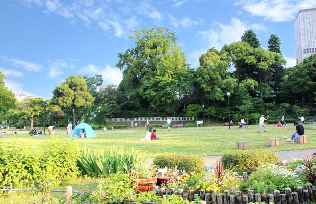 休みの日に寛ぐ公園