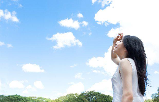 青空を見上げる美容看護師