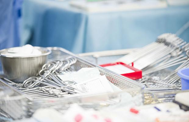 手術道具を準備する