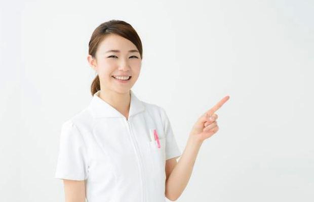指差しをする美容看護師